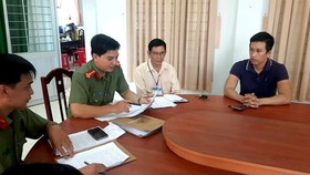 Nguyen Minh Chanh ( R) listens to decision of fine (Photo: SGGP)
