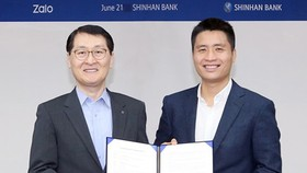 Mr. Sung Ho Wi – President cum CEO of Shinhan Bank and Mr. Vuong Quang Khai – Deputy General Director of VNG Corporation in the contract signing ceremony