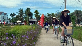 Foreign tourists enjoy an ecotourism in Quang Nam (photo: SGGP)
