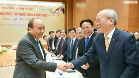 Prime Minister Nguyen Xuan Phuc had a meeting with the intellectual and scientists. Photo by VGP