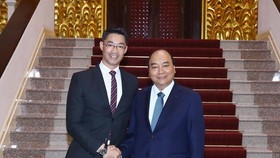 Prime Minister Nguyen Xuan Phuc (right) and economist Philipp Rosler (Photo: VNA)