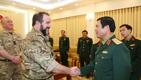 Deputy Chief of the General Staff of the Vietnam People's Army Lt. Gen. Nguyen Tan Cuong (R) welcomes head of Medical Operational Capability of the UK Surgeon Commodore Stuart Millar (Photo: VNA)