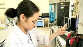 Dr. Nguyen Thi Kieu Phuong is checking a new MOF in the lab
