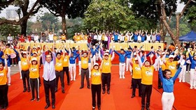 Health Minsiter Tien does exercise with WHO representative in Vietnam and young people (Photo: SGGP)