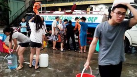 People queue for hours to take water from tanker for drinking and cooking (Photo: SGGP)
