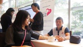 A woman is measured blood pressure gratis (Photo: SGGP)