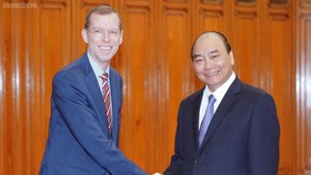 Prime Minister Nguyen Xuan Phuc(right) meets Douglas Elmendorf, Dean of the Harvard Kennedy School at the Harvard University in Hà Nội on Friday ( Photo VNA/VNS)