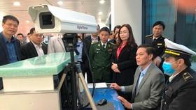 Leaders of Hai Phong check temperature machine in Cat Bi Airport (Photo: SGGP)