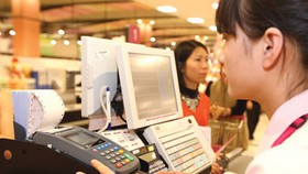 No-cash payment is more and more popular in Vietnam. (Photo: SGGP).
