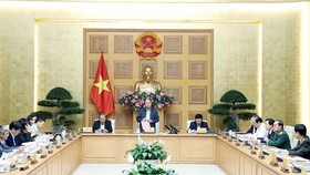 Prime Minister Nguyen Xuan Phuc (standing) chairs the meeting in Hanoi on February 24 (Photo: VNA)