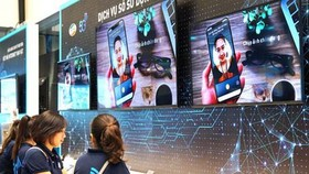 Residents of Ho Chi Minh City are experiencing mobile applications using 5G technology. (Photo: SGGP)