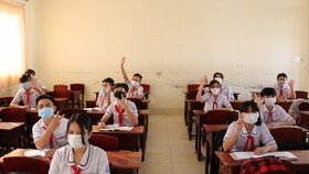 Ninth, twelve graders in Ca Mau return to schools after closures due to Covid-19