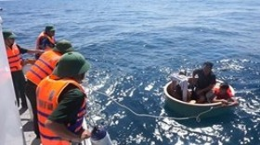 Filipino adrift at sea saved by Binh Dinh fishermen, border guards
