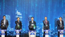 Minister of Information and Communications Nguyen Manh Huhng and representatives of the four major Vietnamese cloud computing businesses formally launch the campaign. (Photo: SGGP)