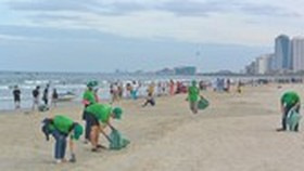 Young people pick up litter on beach to protect environment (Photo: SGGP)