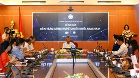 Deputy Minister of Information and Communications Nguyen Thanh Hung chaired the opening ceremony of the make-in-Vietnam blockchain platform akaChain. (Photo: SGGP