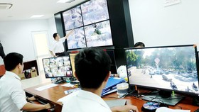 The technical team is handling information sent from smart cameras in District 1. (Photo: SGGP)