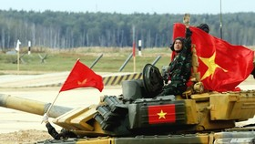 The tank team of the Vietnam People's Army at the final race of tank crews of the second division in the Tank Biathlon event of the ongoing 2020 International Army Games (Photo: VNA)