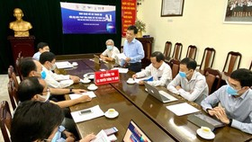 Mr. Le Quoc Cuong, Deputy Director of the HCMC Department of Information and Technology cum Head of the contest's Organization Board, is discussing with the Judge Board. (Photo: SGGP)