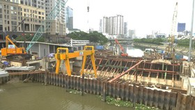 The project to prevent urban flooding due to climate change is under construction on Ben Nghe Canal. (Photo: SGGP)