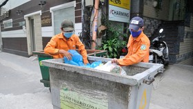 Waste sorting at a collection point in District 1. (Photo: SGGP)