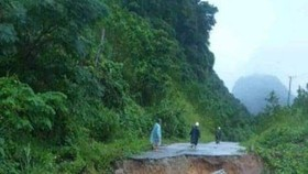 Serious landslide in a road in the central region (Photo: SGGP)