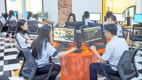 Students of Tran Dai Nghia School are accessing the school's materials on the Internet. (Photo: SGGP)