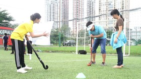 Mother Trieu Le Xuan plays hockey with her  son (Photo: SGGP)