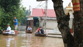 Residents in Trung Phuc Cuong Commune, Nam Dan District, the central province of Nghe An have to travel by boat due to floodwater that has remained until early November. — VNA/VNS Photo