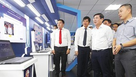 Chairman of HCMC People's Committee Nguyen Thanh Phong (R, 2nd) paid a visit to the space for innovation and experiment of digital transformation on November 9 (Photo: SGGP)