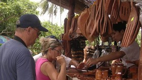 Tourists are buying rural products (Photo: SGGP)