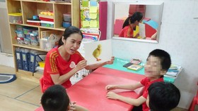 A teacher is teaching children with disabilities (Photo: SGGP)