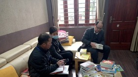 Inspectors check pirated books in the two houses (Photo: SGGP)