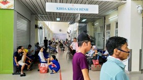 The cancer hospital in Hanoi is always crowded with patients (Photo: SGGP)