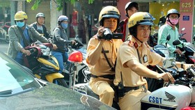 Traffic police work hard to ensure traffic safety during national holidays