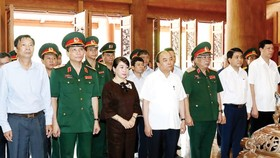 Vietnamese Prime Minister Nguyen Xuan Phuc and deputies  offer incenses to commemorate President Ho Chi Minh