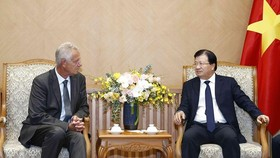 Deputy Prime Minister Trinh Dinh Dung (R) receives German Deputy Ambassador to Vietnam Bjorn Koslowski in Hanoi on August 28 (Photo: VNA)