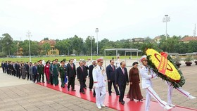 The delegation of national leaders at President Ho Chi Minh's mausoleum in Hanoi (Photo: VNA)
