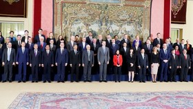 Heads of delegations at the 14th ASEM Foreign Ministers' Meeting pose for a photo (Photo: VNA)