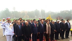 Leaders spend one minute to commemorate President Ho Chi Minh