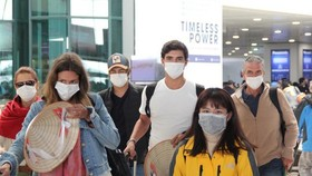 Passengers must wear facemasks at airports (Photo: VTC News)