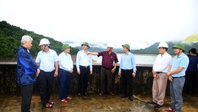 A delegation of the Standing Office of the Central Steering Committee for Flood and Storm Control inspects flood-prone localities