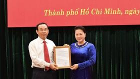 National Assembly Chairwoman Nguyen Thi Kim Ngan (R) presents the Politburo's decision to Nguyen Van Nen on October 11 (Photo: SGGP)