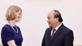 Prime Minister Nguyen Xuan Phuc (R) and New Zealand Ambassador to Vietnam Wendy Matthews (Photo: VNA)