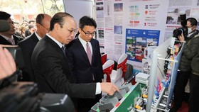 Deputy Prime Minister Vu Duc Dam and delegates visit a display of students' startup ideas on the sidelines of the 2020 National Startup Day for Students on December 22 (Photo: VNA)