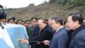 Prime Minister Nguyen Xuan Phuc asks EVN and relevant units to ensure the progress and quality of the project, and minimise its impact on local residents. (Photo: VNA)