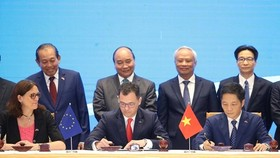 PM Nguyen Xuan Phuc witnessed the signing of the EU-Vietnam Free Trade Agreement. (Photo: VNA)