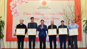 Reporters receive certificates of merit from Deputy Prime Minister cum Minister of Foreign Affairs Mr. Pham Binh Minh for their great contributions into the diplomatic field.