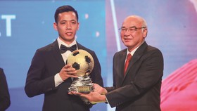 Head of the Propaganda and Training Board Mr. Phan Nguyen Nhu Khue hands over golden ball to football player Nguyen Van Quyet