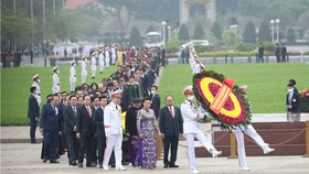 State leaders lay wreathes at Mausoleum of President Ho Chi Minh.